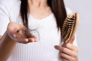 ¿Es normal que se caiga el cabello en otoño?